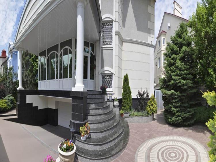 Большой дом в центре города